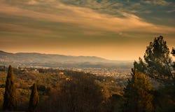 佛罗伦萨和多山周围在日落从菲耶索莱镇的小山  托斯卡纳 免版税库存照片