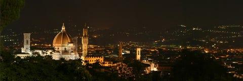 佛罗伦萨和Palazzo Vecchio全景有大教堂的夜 库存照片