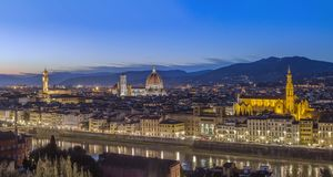 佛罗伦萨在晚上,意大利看法  免版税图库摄影