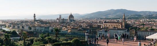佛罗伦萨地平线全景从Piazzale米开朗基罗,观察平台的游人的 免版税库存图片