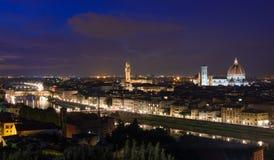 佛罗伦萨夜鸟瞰图有圣玛丽亚del菲奥雷Duomo, Palazzo Vecchio和Ponte Vecchio大教堂的  图库摄影