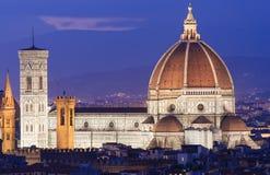 佛罗伦萨夜鸟瞰图有大教堂的圣玛丽亚del菲奥雷(中央寺院) 图库摄影