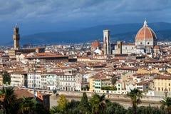 佛罗伦萨市地平线有中央寺院和Palazzo的 库存图片