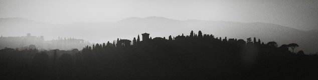 佛罗伦萨意大利 多小山风景 在黑白背景反射风景的剪影 库存照片
