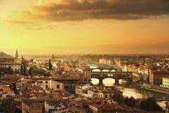 佛罗伦萨或佛罗伦萨日落Ponte Vecchio桥梁全景 T 库存照片