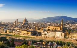 佛罗伦萨日落鸟瞰图有圣玛丽亚del菲奥雷Duomo, Palazzo Vecchio和Ponte Vecchio大教堂的  免版税库存图片