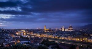 佛罗伦萨看法在显示亚诺河、蓬特Vecchio,旧宫和中央寺院-佛罗伦萨,托斯卡纳,意大利的日落期间的 库存照片