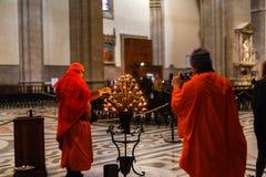 佛罗伦萨,意大利–2019年2月21日:点燃世嘉公司的和尚在基督徒大教堂中央寺院 库存图片