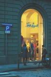 """佛罗伦萨,意大利†""""2014年2月27日,两名妇女出去看 免版税库存照片"""