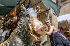 佛罗伦萨,意大利, 2015年6月:关闭一头公猪的著名古铜色雕象的看法在Mercato del Porcellino小猪市场上与 免版税库存图片
