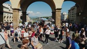 佛罗伦萨,意大利, 2017年6月:游人大人群桥梁的在阿尔诺河 股票视频