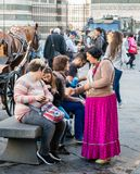 佛罗伦萨,意大利- 2017年10月31日, :Gypsie妇女在托斯卡纳,意大利顺利地乞求在佛罗伦萨大教堂前面的游人 库存图片