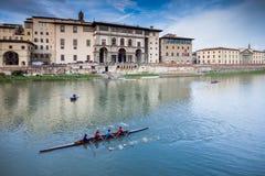 佛罗伦萨,意大利- 2009年1月23日:划独木舟的人在亚诺河荡桨在Ponte Vecchio附近 免版税库存照片