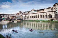 佛罗伦萨,意大利- 2009年1月23日:划独木舟的人在亚诺河荡桨在Ponte Vecchio附近 免版税库存图片