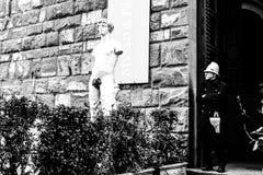 佛罗伦萨,意大利- 2012年3月13日:在乌菲兹美术馆画廊前面的雕象在领主广场 库存图片