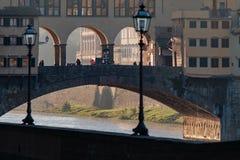 佛罗伦萨,意大利- 2017年10月16日:桥梁的Ponte游人 免版税库存图片