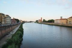 佛罗伦萨,意大利- 2017年9月03日:美丽的比萨市在与日出、五颜六色的房子和河的清早 免版税库存照片