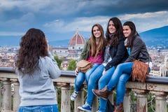 佛罗伦萨,意大利- 2009年1月23日:Piazzale米开朗基罗米开朗基罗广场,在游人中的纪念品照片 免版税库存照片