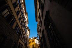 佛罗伦萨,意大利- 2017年10月 狭窄的街道在佛罗伦萨,托斯卡纳,意大利 佛罗伦萨建筑学和地标  免版税库存图片