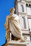 佛罗伦萨,意大利- 2015年11月:但丁・阿利吉耶里诗歌雕象,三塔Croce广场 库存照片
