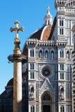 佛罗伦萨,意大利- 2015年11月:在圣玛丽亚前面大教堂的古老十字架在菲奥雷 库存照片