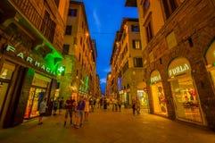 佛罗伦萨,意大利- 2015年6月12日:佛罗伦萨在晚上 商店在夏天,参观历史中心的人们后打开,好 免版税图库摄影