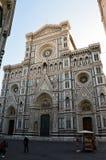 佛罗伦萨,意大利- 2017年3月16日:参观大教堂二圣玛丽亚与Giotto钟楼塔响铃的del菲奥雷的游人 免版税库存图片