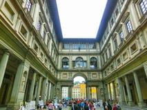 佛罗伦萨,意大利- 2014年5月01日:在乌菲齐画廊前面的人们 库存照片