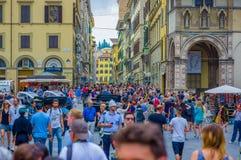 佛罗伦萨,意大利- 2015年6月12日:在佛罗伦萨,走在设法附近的所有游人的拥挤正方形参观这个好的城市 库存照片