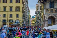 佛罗伦萨,意大利- 2015年6月12日:在佛罗伦萨,走在设法附近的所有游人的拥挤正方形参观这个好的城市 免版税库存图片