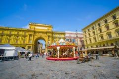 佛罗伦萨,意大利- 2015年6月12日:在共和国正方形中间哄骗转盘,比赛为夜做准备 库存照片