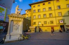佛罗伦萨,意大利- 2015年6月12日:在正方形中间的雕象,阴影在一个大黄色老大厦反射了 库存照片