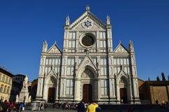 佛罗伦萨,意大利- 2017年3月16日:未认出的人在佛罗伦萨,意大利参观大教堂二三塔Croce 免版税库存图片