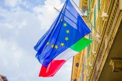 佛罗伦萨,意大利- 2015年6月12日:欧洲在蓝色颜色的联盟标志与代表是的国家的黄色星 库存照片