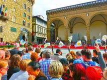 佛罗伦萨,意大利- 2014年5月01日:观看Trofeo Marzocco的游人在佛罗伦萨,意大利游行 库存图片