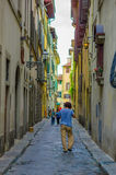 佛罗伦萨,意大利- 2015年6月12日:走入pinturesque街道,历史的房子,阳台的未认出的人和 免版税库存图片
