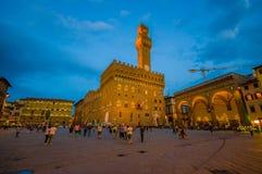 佛罗伦萨,意大利- 2015年6月12日:走在老宫殿或Palazzo Vecchio附近的人们,这个大厦是博物馆并且 免版税库存照片