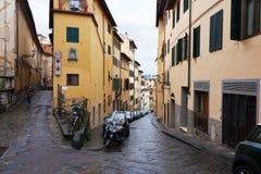 佛罗伦萨,意大利- 2017年2月06日-有房子的老街道与 库存照片