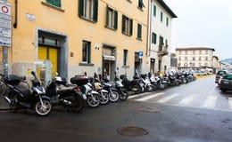 佛罗伦萨,意大利- 2017年2月06日 有房子的街道有gree的 免版税库存图片