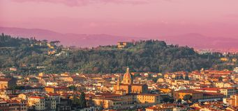 佛罗伦萨,美好的日落的意大利全景  大教堂城市中央寺院佛罗伦萨意大利维修服务 免版税图库摄影