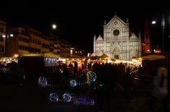佛罗伦萨2017年12月2日:圣诞节市场在佛罗伦萨的中心 圣诞节市场光在广场三塔Croce的 免版税库存照片