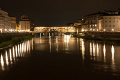 佛罗伦萨- Ponte Vecchio,老桥梁在与反射的夜之前 库存照片
