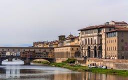佛罗伦萨` s历史的中心,在金黄桥梁Ponte Vecchio和乌菲齐画廊的看法 免版税库存图片