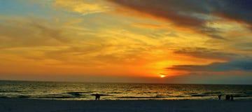 佛罗里达巴拿马市海滩远景墨西哥湾圣安德鲁斯码头日落 免版税库存图片