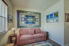 佛罗里达有大海主题的家客厅 免版税库存照片