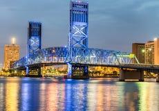 佛罗里达杰克逊维尔 城市在与桥梁的晚上点燃并且劈裂 库存照片