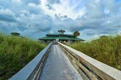 佛罗里达海滩木板走道在夏天 库存照片