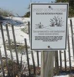 佛罗里达海滩沙丘恢复标志 免版税库存图片