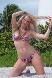 佛罗里达海滩的白肤金发的头发的妇女 库存照片