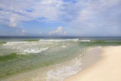 佛罗里达美丽的白色沙子海滩和绿宝石水  库存图片